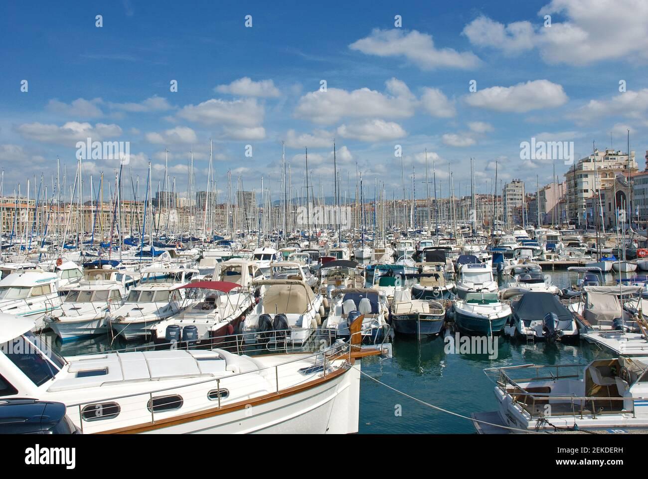 El antiguo puerto de Marsella (Vieux Port) en Marsella, Bocas del Ródano, Provenza, Francia Foto de stock