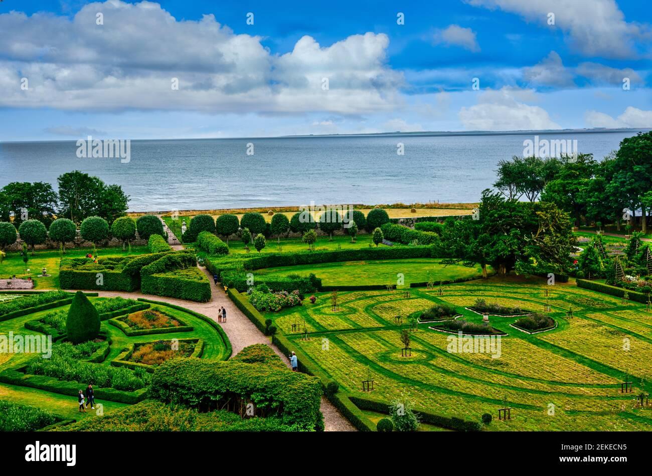 Jardines en el Castillo de Dunrobin, sede familiar del conde de Sutherland Y presentado por el arquitecto Sir Charles Barry in 1850.Golspie Escocia Foto de stock
