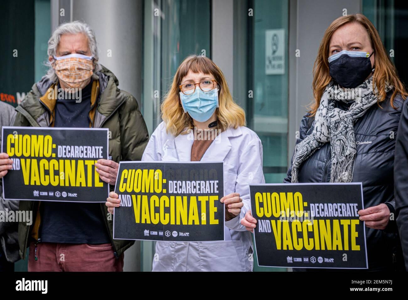 EE.UU. 24 de febrero de 2021. El 24 de febrero de 2021, una delegación de neoyorquinos que anteriormente estaban encarcelados, profesionales de la salud pública, miembros del Grupo de Trabajo COVID-19 de Nueva York, Defensores comunitarios y neoyorquinos preocupados organizaron una manifestación frente a la oficina del gobernador Cuomo en Manhattan para entregar una carta exigiendo que Cuomo amplíe el acceso a las vacunas COVID-19 a todas las personas encarceladas en el estado de Nueva York, no solo a las mayores de 65 años. (Foto de Erik McGregor/Sipa USA) crédito: SIPA USA/Alamy Live News Foto de stock