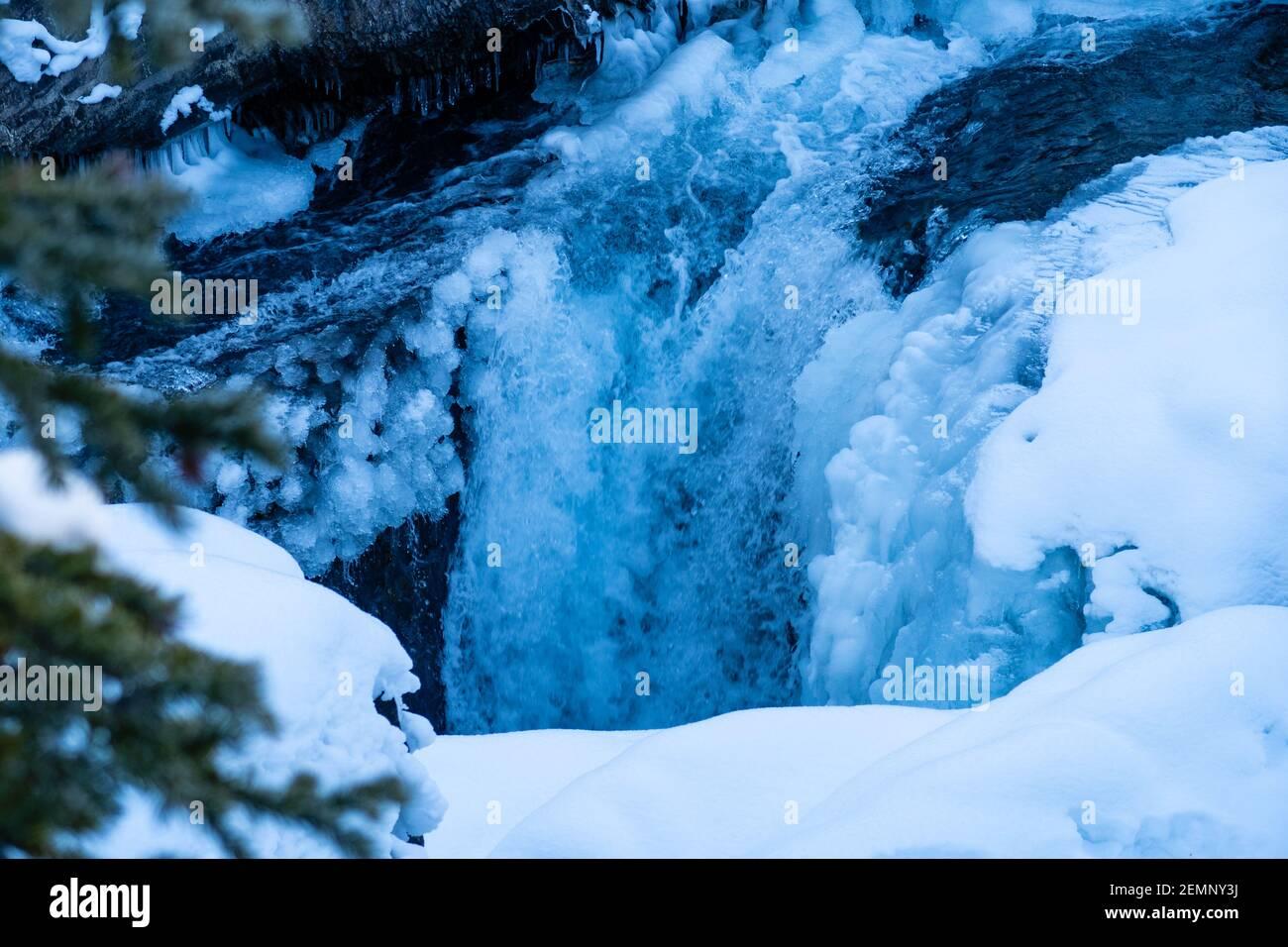 Río caballo de patada en el Puente Natural en el Parque Nacional de Yoho, Canadá Foto de stock