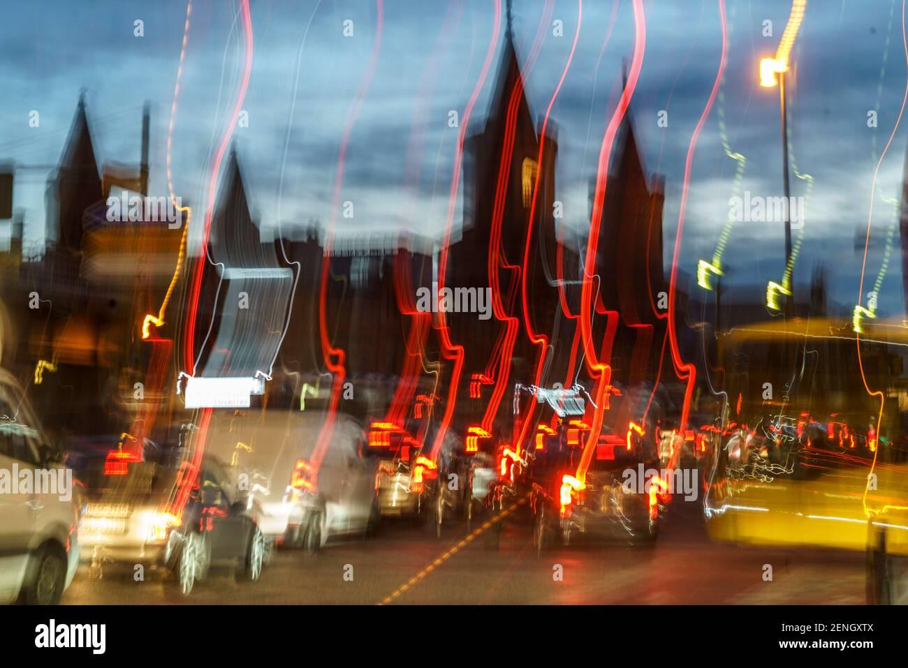Oberbaumbruecke, Verkehrschaos, Stau, hora punta, verwischt, Schienenersatzverkehr U1, U3, Berlín Foto de stock