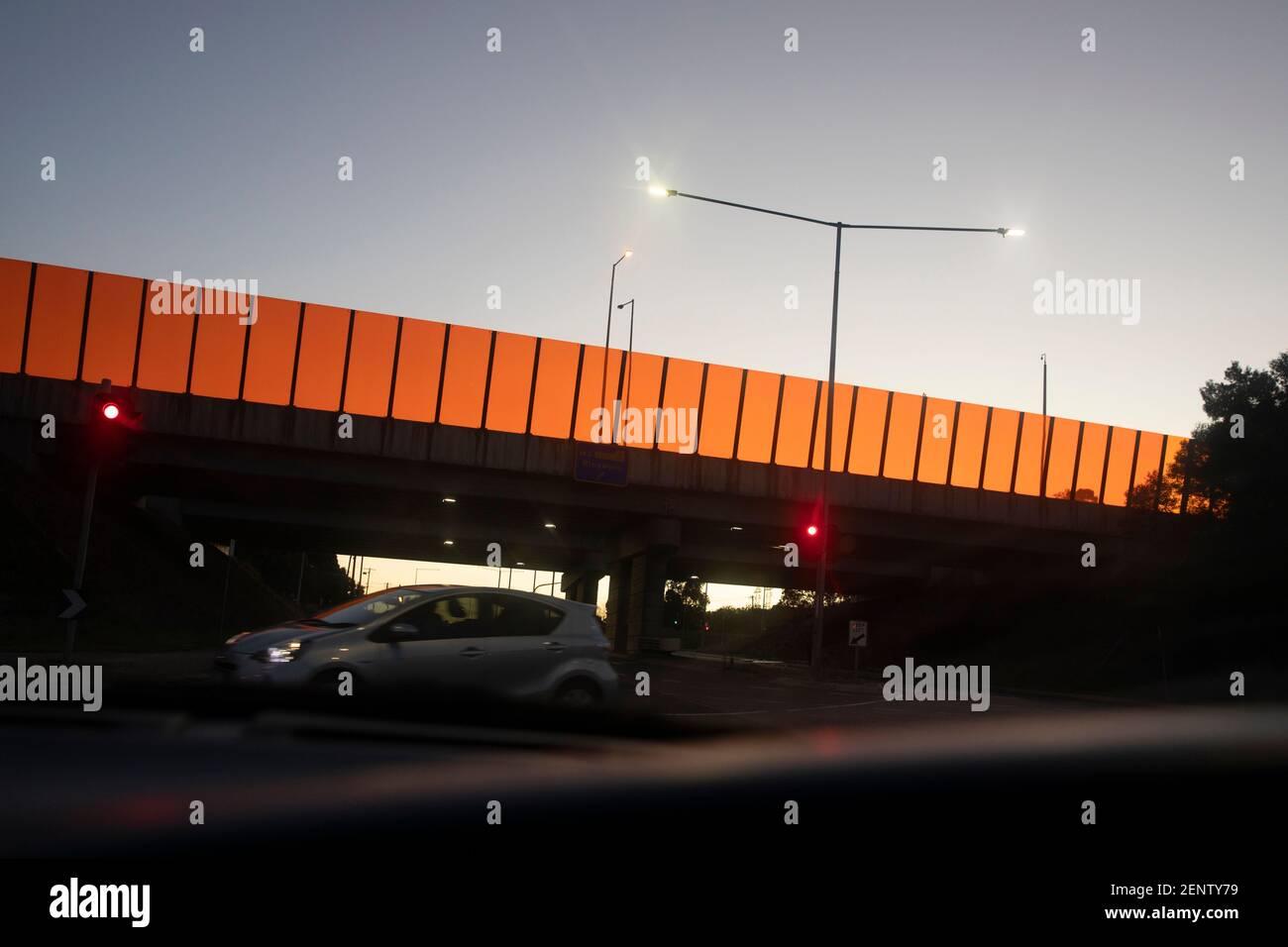 La barrera del ruido moderna pasa por el paso elevado durante la hora punta. Foto de stock