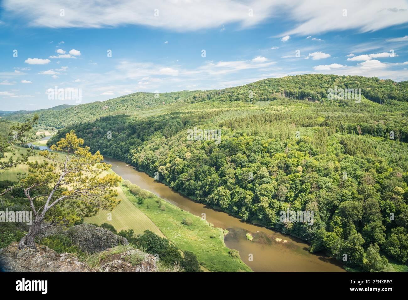 Cañón del río Berounka, vista desde una colina Certova skala en un pueblo de Hracholusky República Checa. Foto de stock