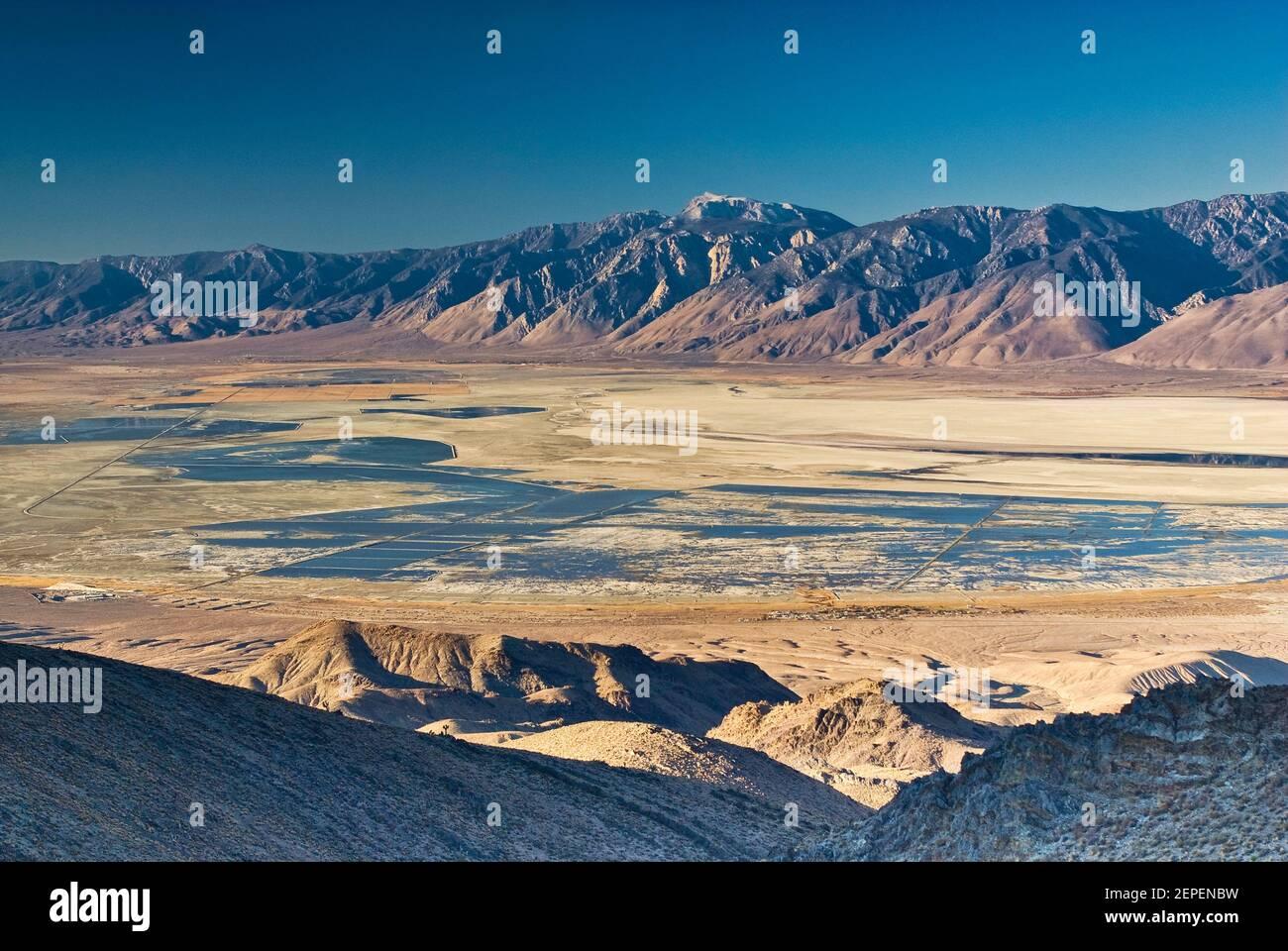 Owens Lake y las montañas del este de Sierra Nevada vistas a través de Owens Valley desde Cerro Gordo Road en las montañas Inyo al amanecer, California, EE.UU Foto de stock