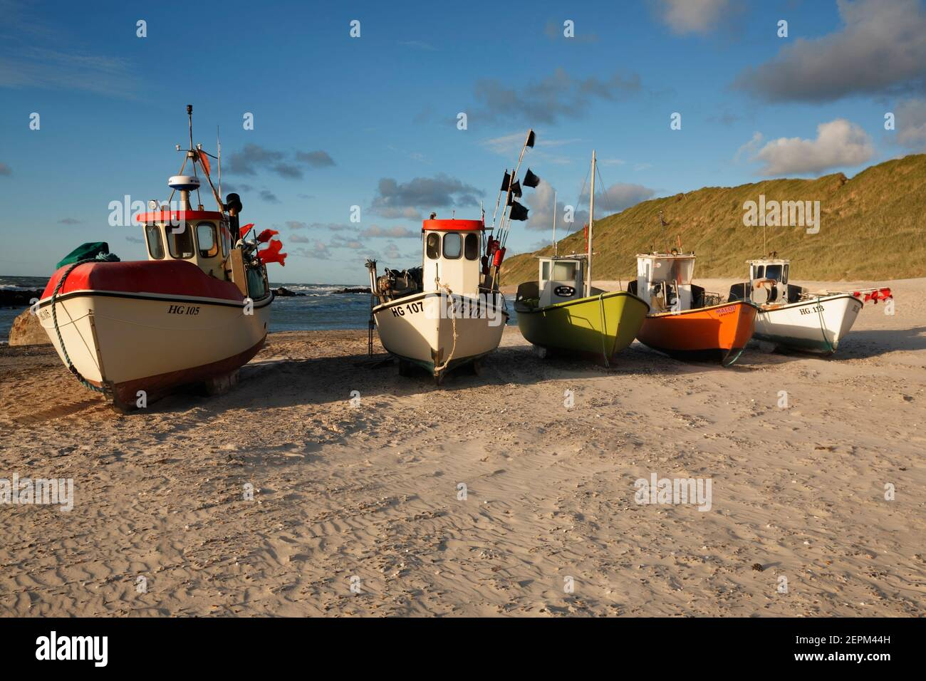 Barcos de pesca en la playa de Lønstrup, Dinamarca Foto de stock