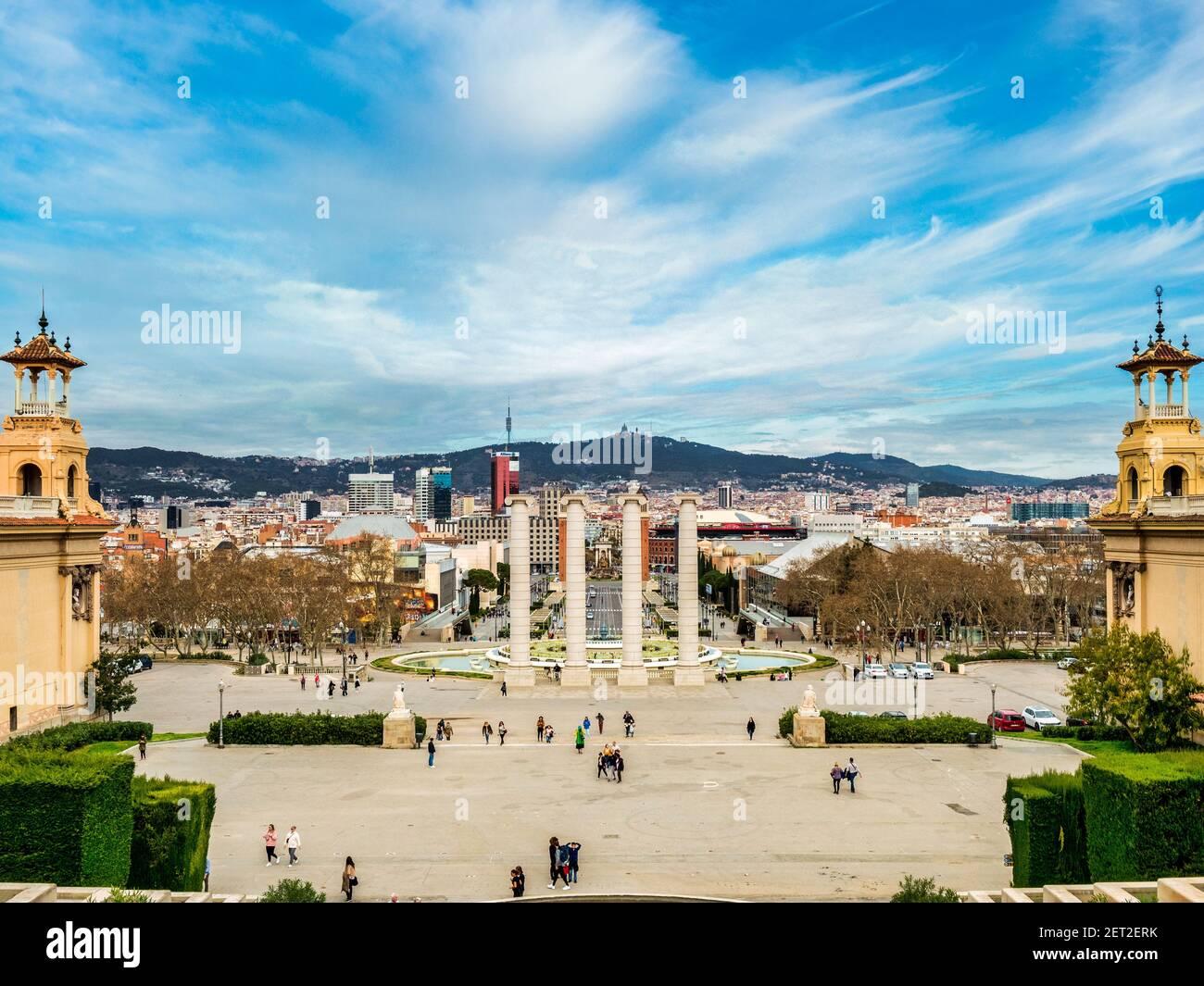 4 de marzo de 2020: Barcelona, España - Vista de Barcelona desde el Museo Nacional de Arte de Cataluña hacia la Plaza de España y el Monte Tibidabo. Foto de stock