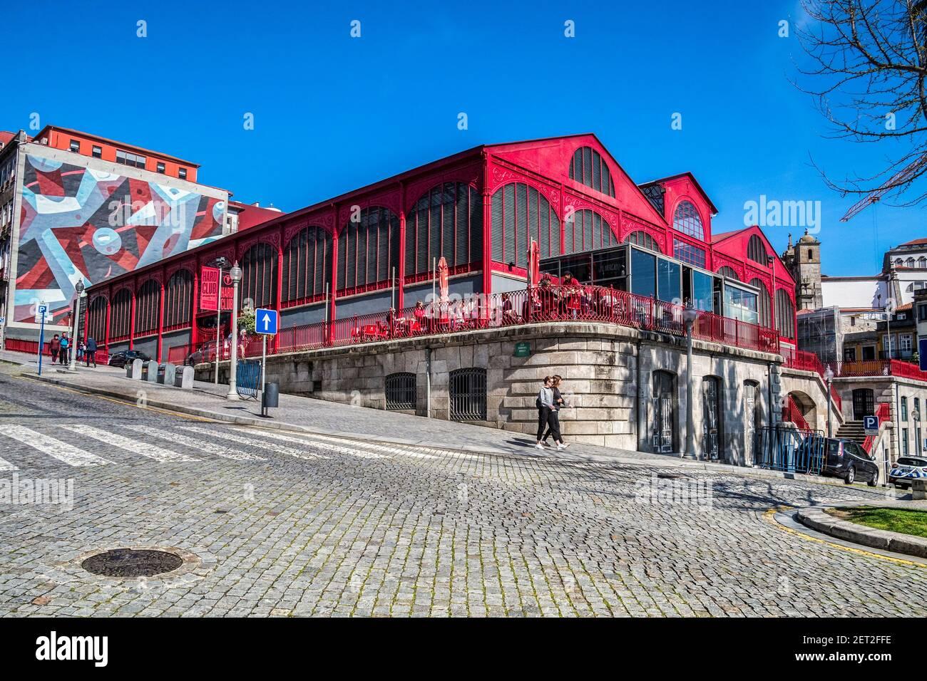 10 de marzo de 2020: Oporto, Portugal - el mercado Ferreira Borges, un mercado construido en la década de 1880 en Oporto, ahora un club nocturno y restaurante. Foto de stock