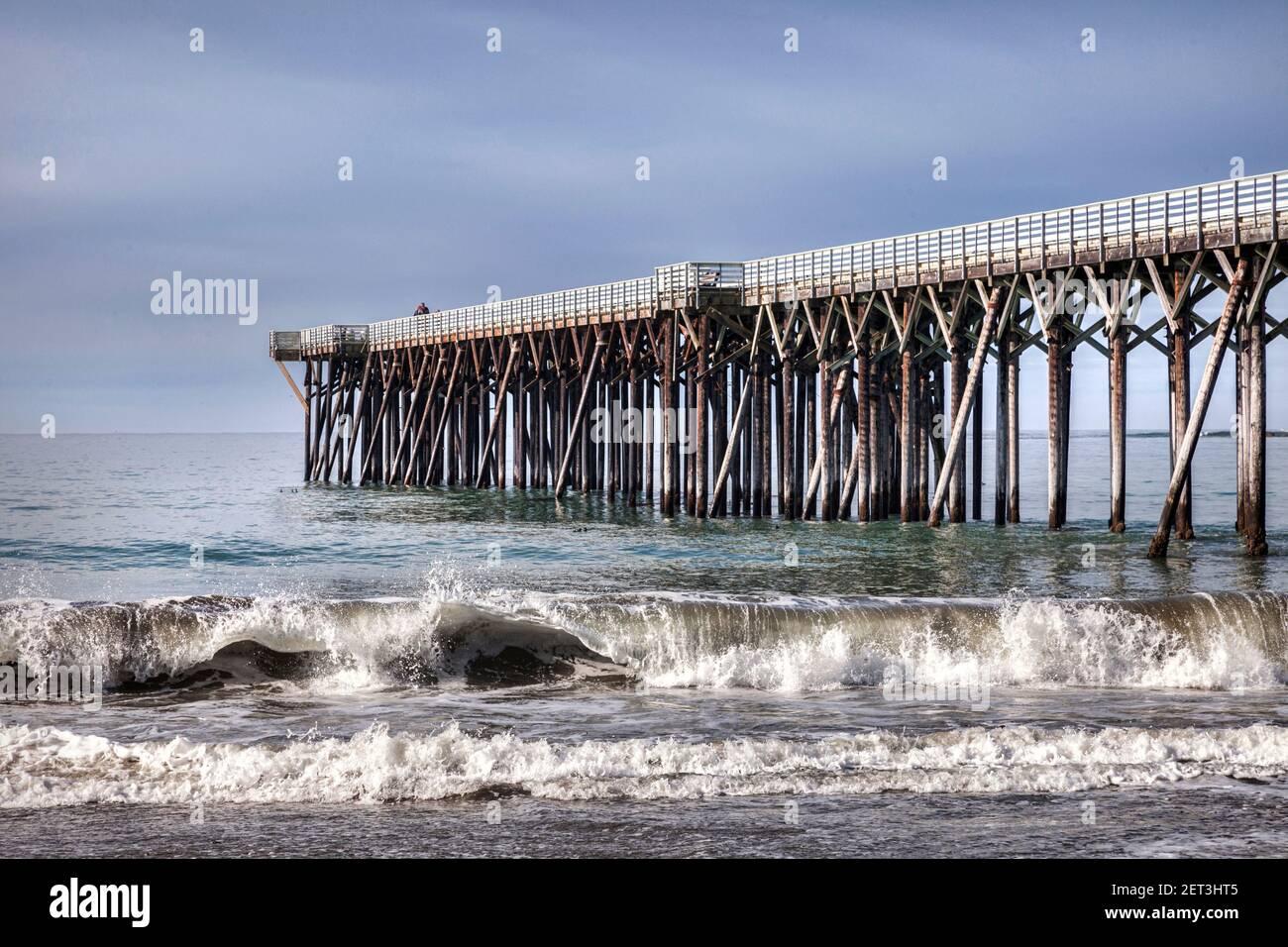 Muelle y surf en William Randolph Hearst Memorial State Beach, San Luis Obispo County, California, Estados Unidos. Foto de stock