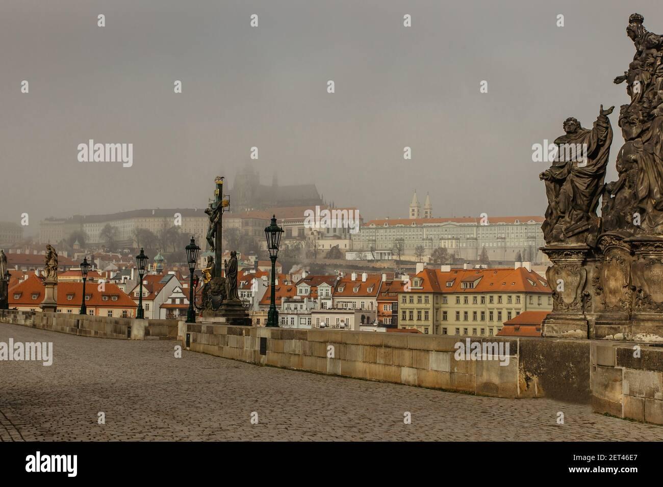 Vista postal del Castillo de Praga en niebla desde el Puente de Carlos, república Checa.destino turístico famoso.Praga panorama.Foggy mañana en la ciudad. Foto de stock