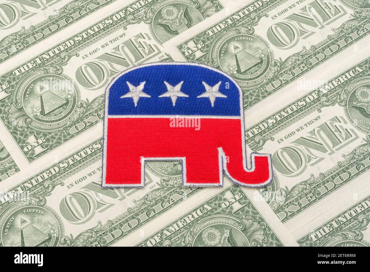 Insignia de parche con el logotipo del elefante republicano GOP con billetes de 1 dólar de los EE.UU. Para fondos de campaña republicanos y fondos de recaudación de fondos políticos de Estados Unidos, pequeños donantes de dólares. Foto de stock