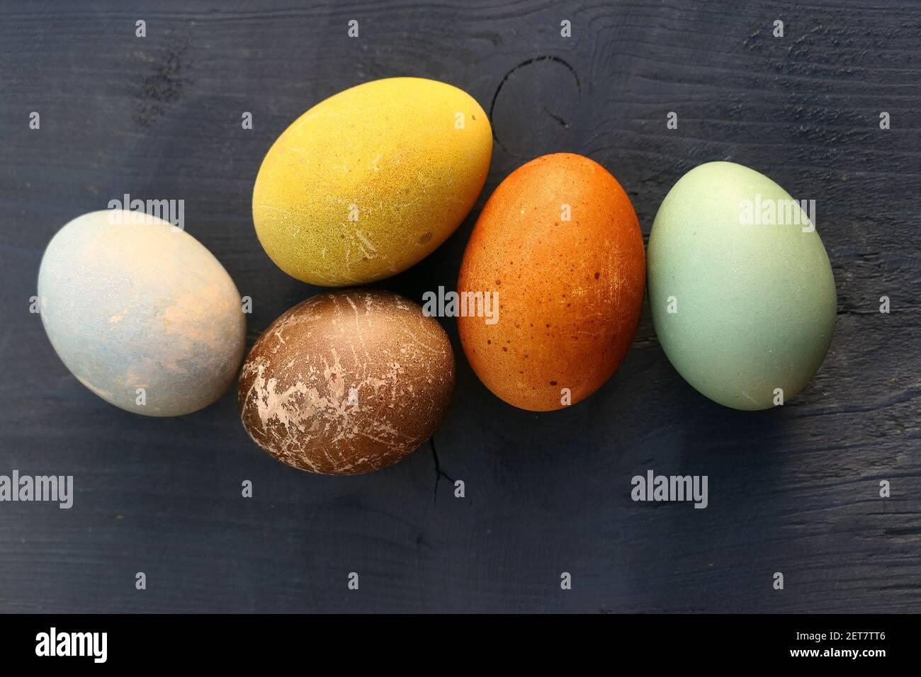 Huevos de Pascua naturales teñidos sobre fondo de madera. Colorida colección de huevos de Pascua. Foto de stock
