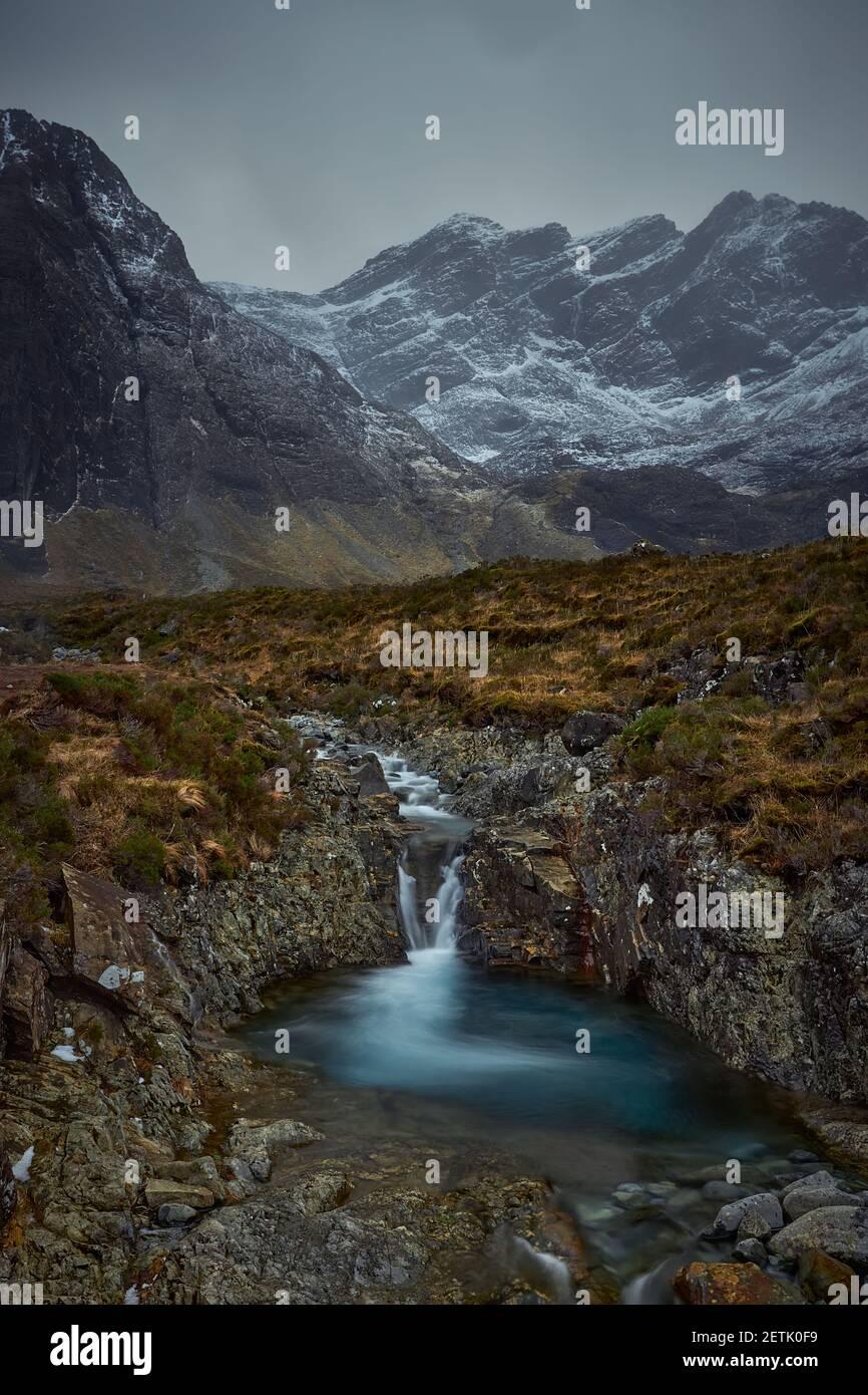 Valle montañoso con río, cascada y lago. Concepto de naturaleza, libertad, turismo, senderismo - piscinas de hadas - Isla Skye - Escocia - Reino Unido Foto de stock