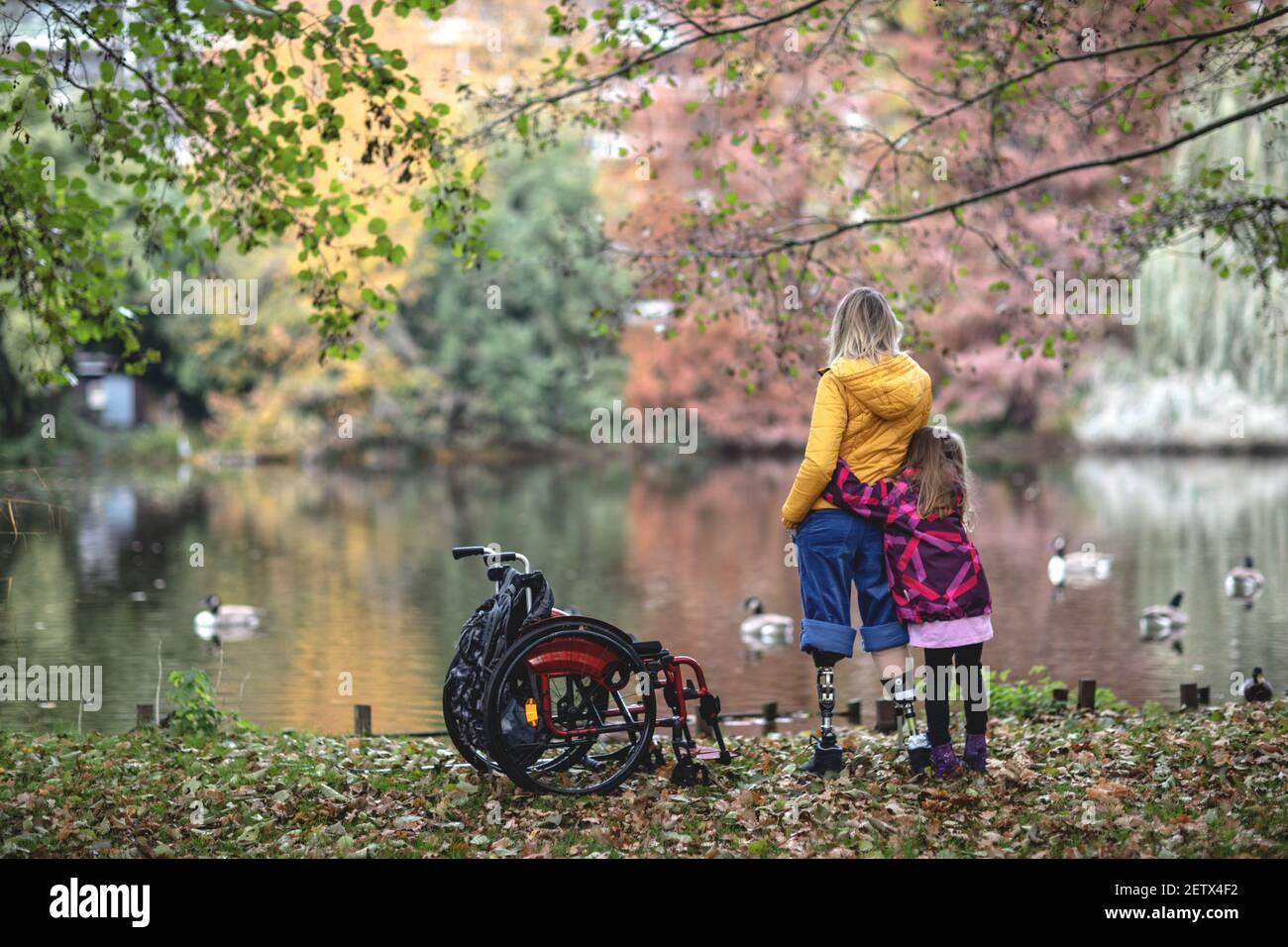 Mujer discapacitada sin piernas con su hija. Foto de stock