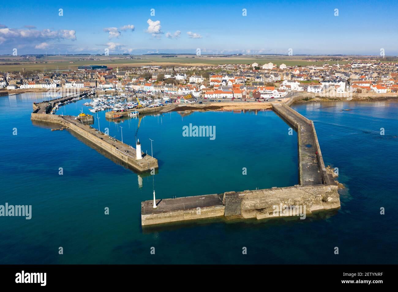 Vista aérea desde el puerto de la aldea de pescadores Anstruther en East Neuk de Fife, Escocia, Reino Unido Foto de stock