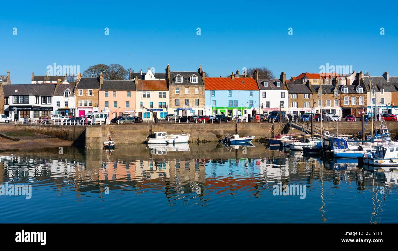 Muelle y puerto en el pueblo pesquero de Anstruther en East Neuk de Fife, Escocia, Reino Unido Foto de stock