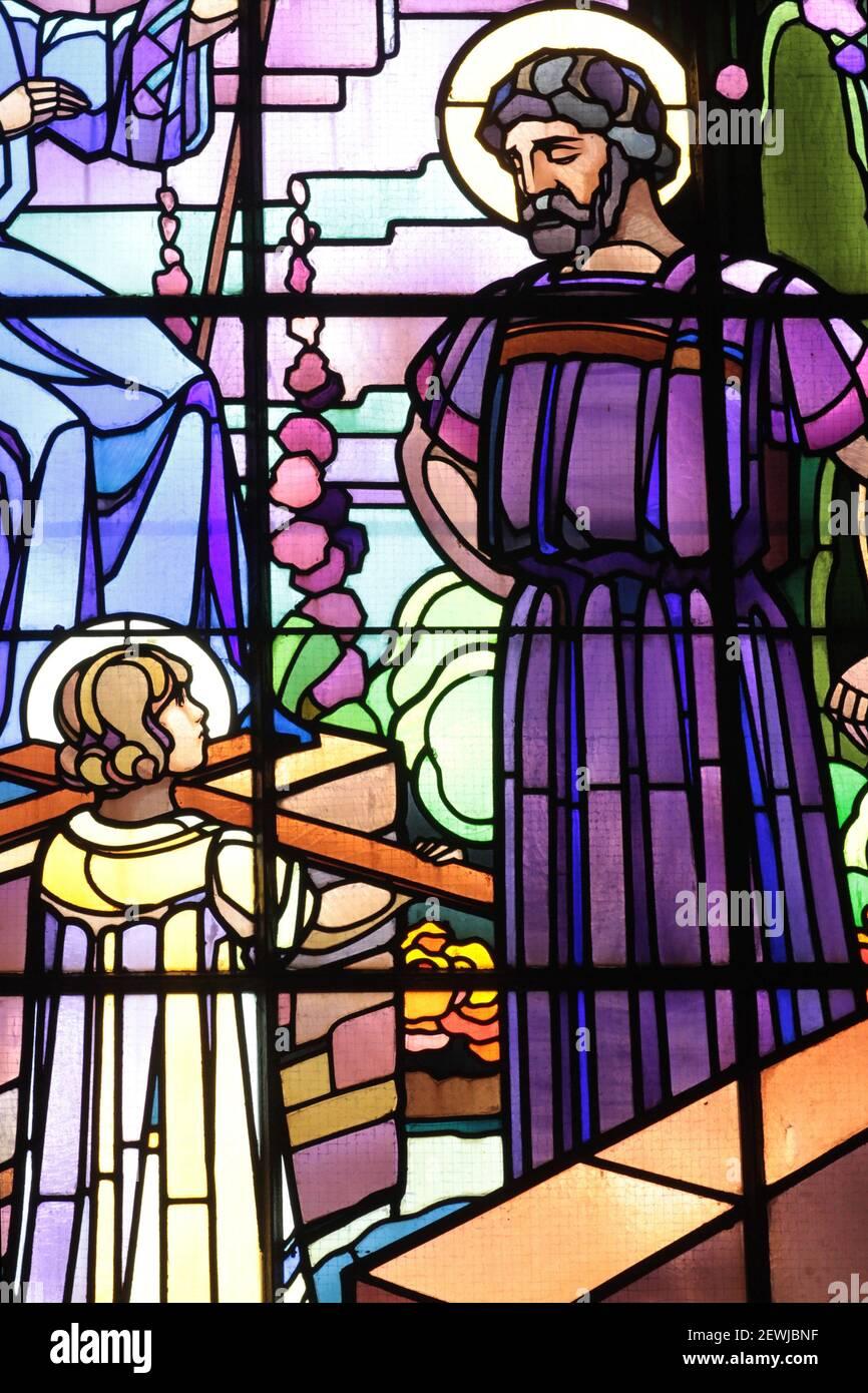 Jesucristo y José, carpintero. Iglesia de San José. Chedde. Alta Saboya. Auvernia Ródano-Alpes. Francia. Europa. Foto de stock