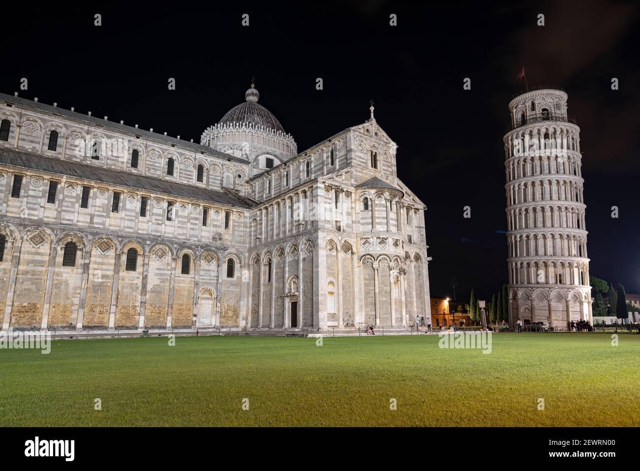 Catedral (Duomo) y Torre inclinada por la noche, Piazza Dei Miracoli, Patrimonio de la Humanidad de la UNESCO, Pisa, Toscana, Italia, Europa Foto de stock