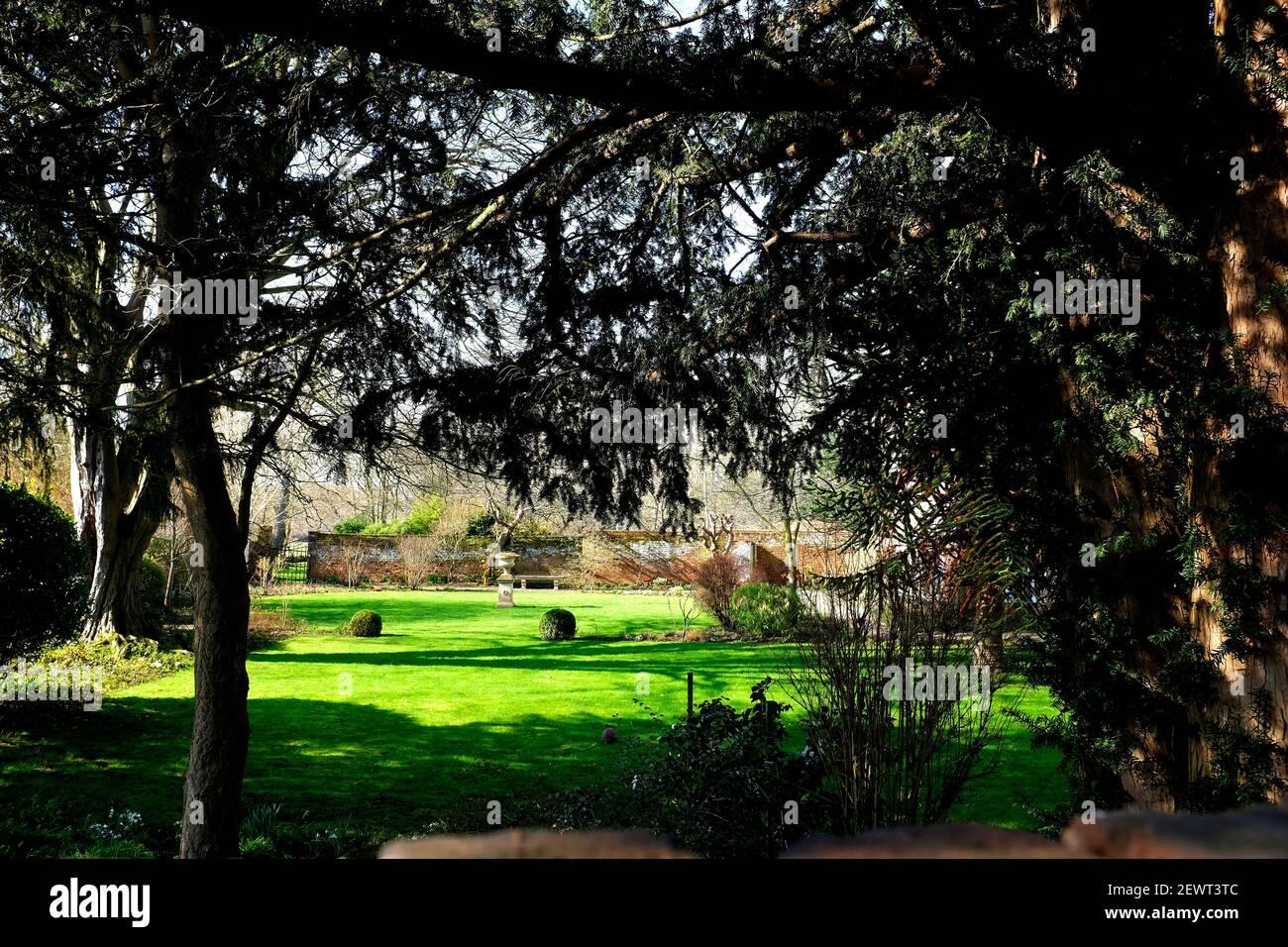 jardín privado residencial en fordwich ciudad este kent reino unido febrero 2021 Foto de stock