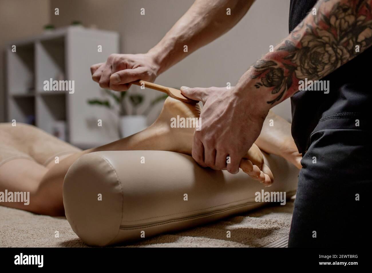 Acupresión, reflexología. La medicina natural, la reflexología, el masajeador de pie acupresión oprime los puntos de flujo de energía Foto de stock