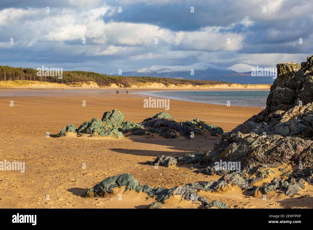 Almohada de lava en la orilla norte de la isla de Llanddwyn y la playa de Newborough, Isla de Anglesey, Gales Foto de stock