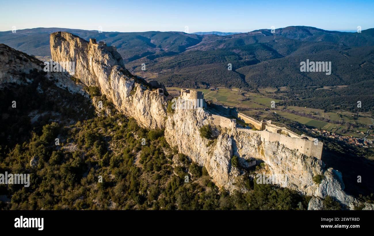 Peyrepertuse Cathar castillo en el sur de Francia Foto de stock