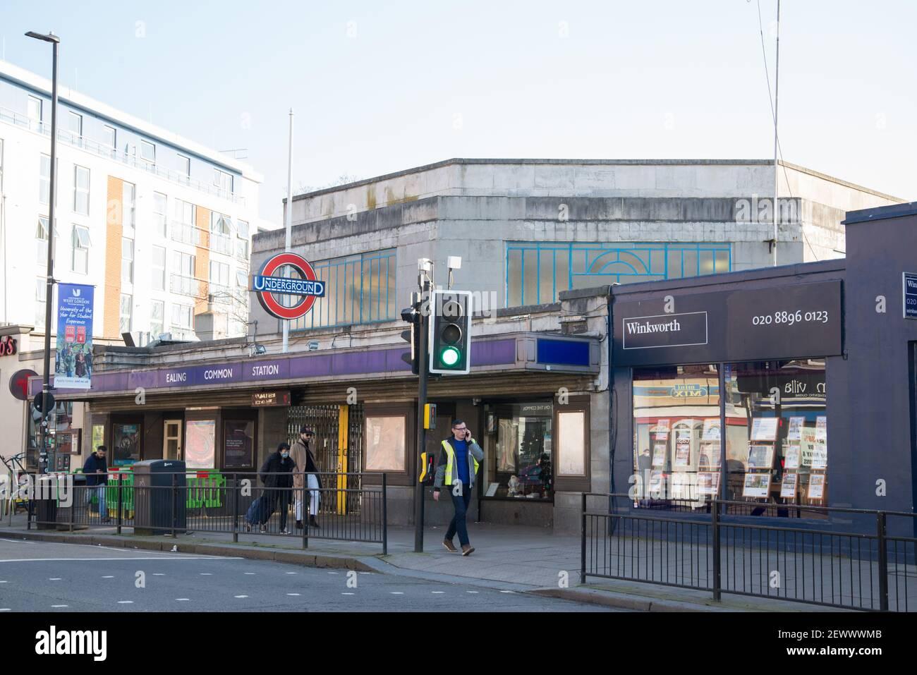 Ealing Common Underground Tube Station Arquitectura Art Deco por Charles Holden Foto de stock