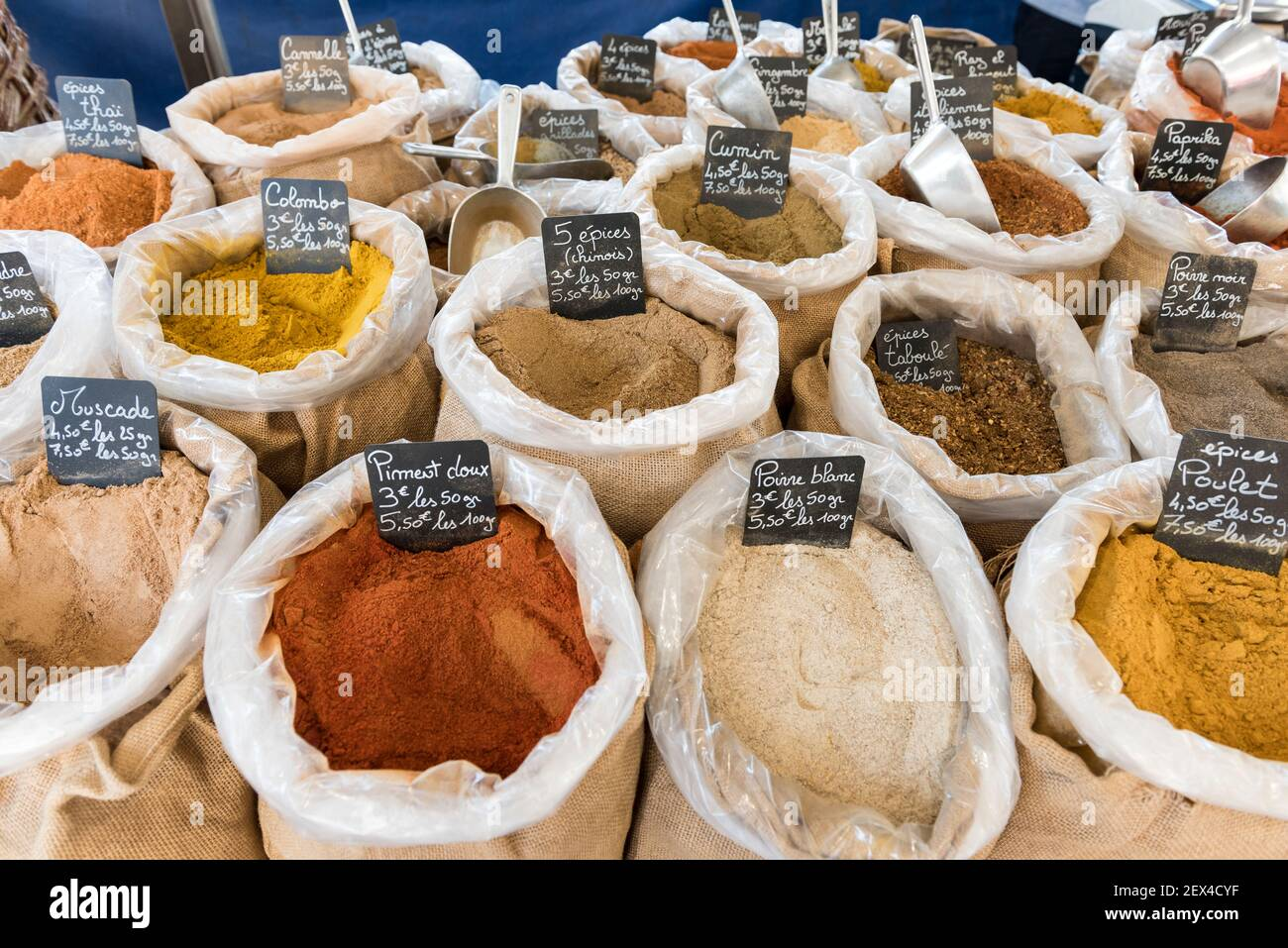 Bolsas de especias en un mercado de verano, Provenza, Francia Foto de stock