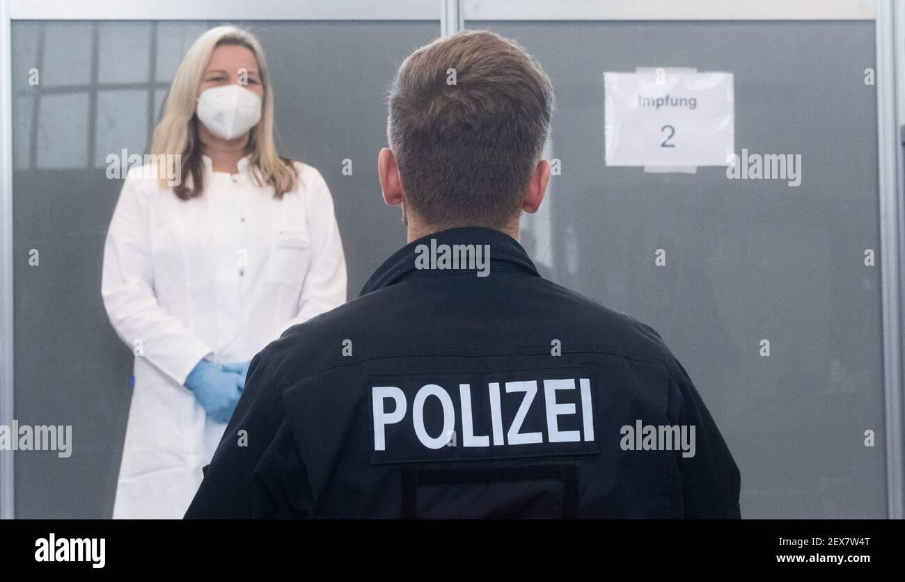 04 de marzo de 2021, Baja Sajonia, Hanover: Un agente de policía espera ser vacunado contra el virus Corona en la Dirección Central de Policía de Baja Sajonia. La vacunación prioritaria de los agentes de policía ha comenzado en Baja Sajonia. Foto: Julian Stratenschulte/dpa Foto de stock