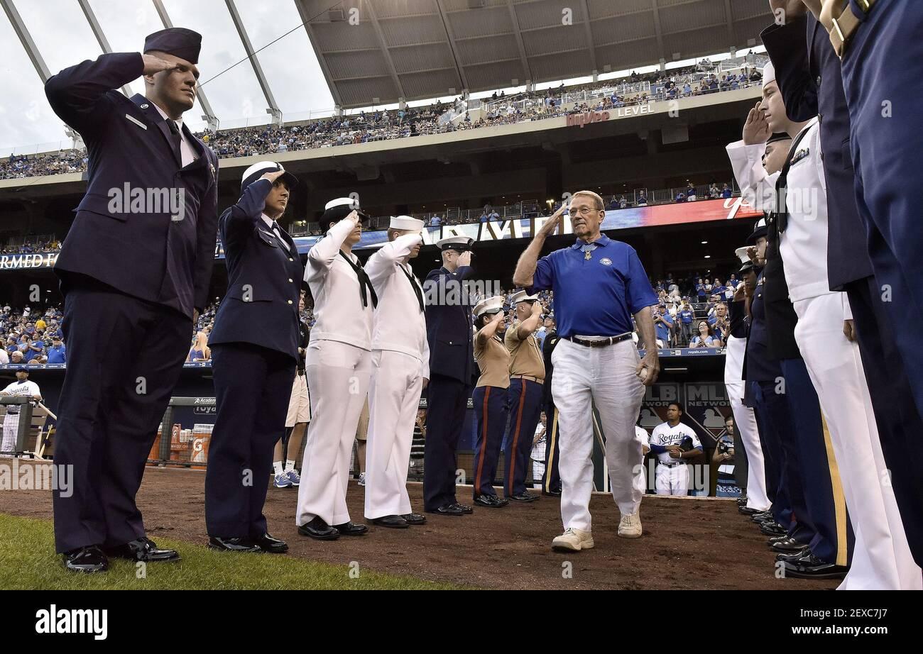 Ganador de la medalla de honor y coronel retirado del Ejército de los Estados Unidos, Roger Donlon, de Leavenworth, Kan., es honrado al entrar en el campo para lanzar el primer lanzamiento antes del partido de béisbol del lunes entre los reales de Kansas City y los Gemelos de Minnesota el 7 de septiembre de 2015 en el estadio Kauffman en Kansas City, Missouri. (Foto de John Sleezer/Kansas City Star/TNS) *** por favor use crédito del campo de crédito *** Foto de stock