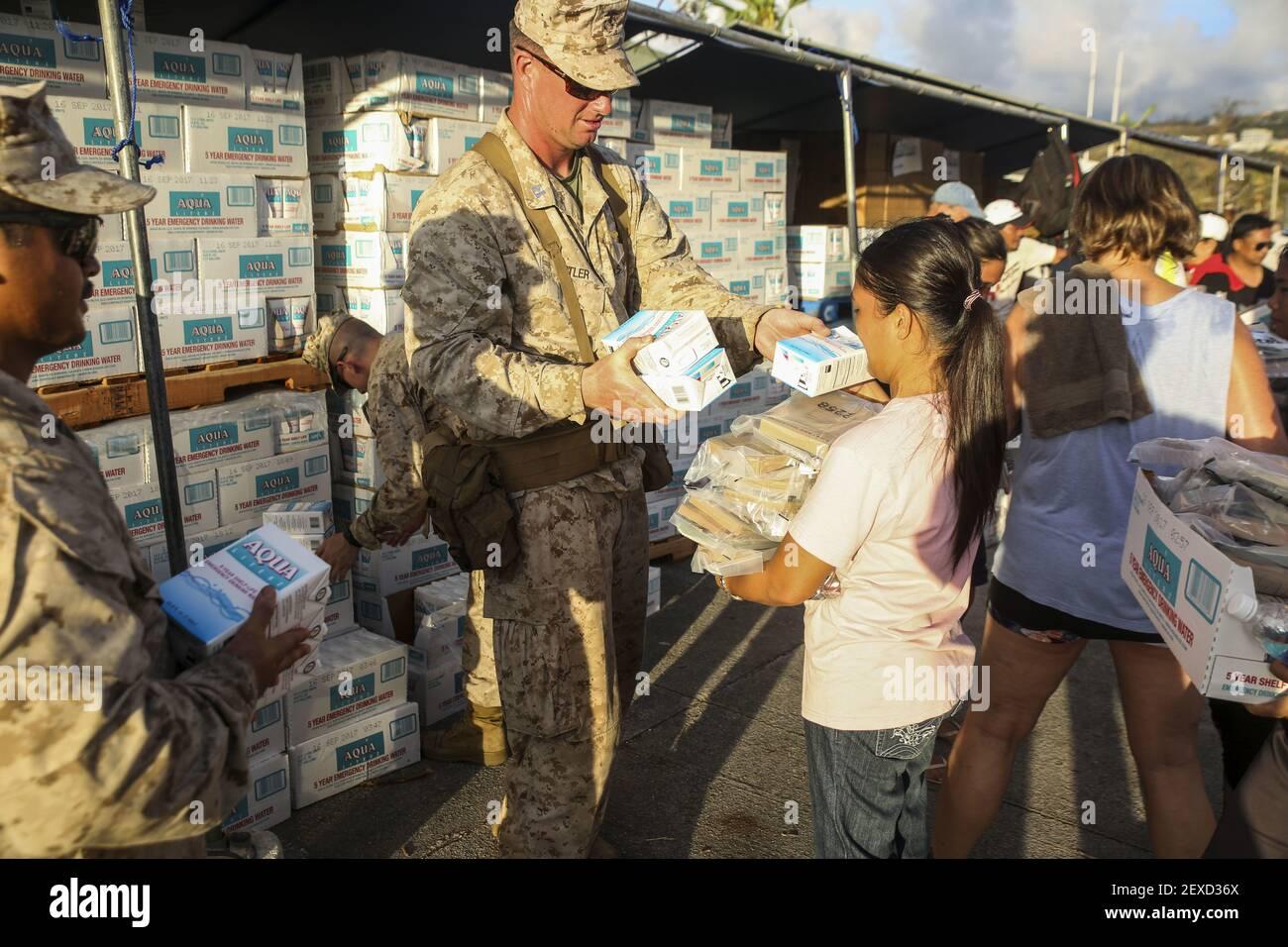 SAIPAN (agosto 9, 2015) Jeffrey Butler distribuye agua en un refugio en Saipan, 9 de agosto de 2015. Los infantes de marina asignados a Echo Company, Batallón Landing Team 2nd Batallón, 5th Marines, 31st Marine Expeditionary Unit (31st MEU), están ayudando a las agencias locales y federales con los esfuerzos de ayuda de tifón en Saipan después de que la isla fuera golpeada por el tifón Soudelor, del 2 al 3 de agosto. (Foto Cpl. Ryan C. Mains/EE.UU Marine Corps) *** por favor use crédito del campo de crédito *** Foto de stock