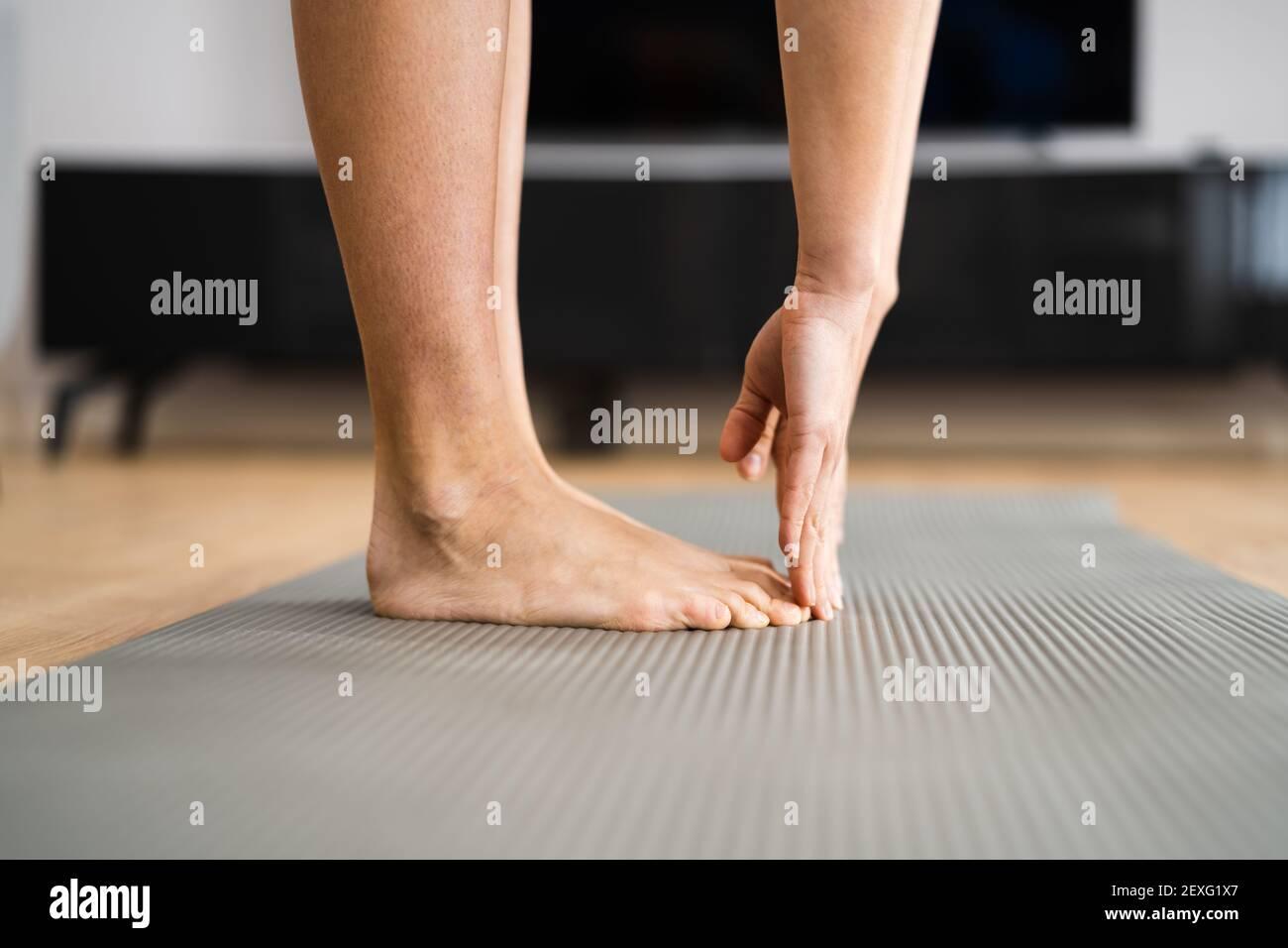 Mujer haciendo la prueba de estiramiento de la aptitud. Tendones de la corva apretados Foto de stock