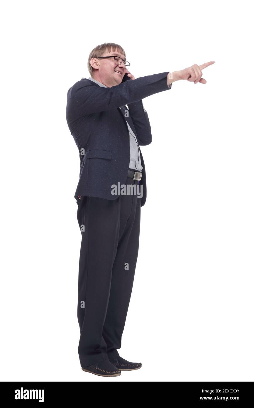 hombre con un smartphone leyendo un anuncio en un blanco pantalla Foto de stock