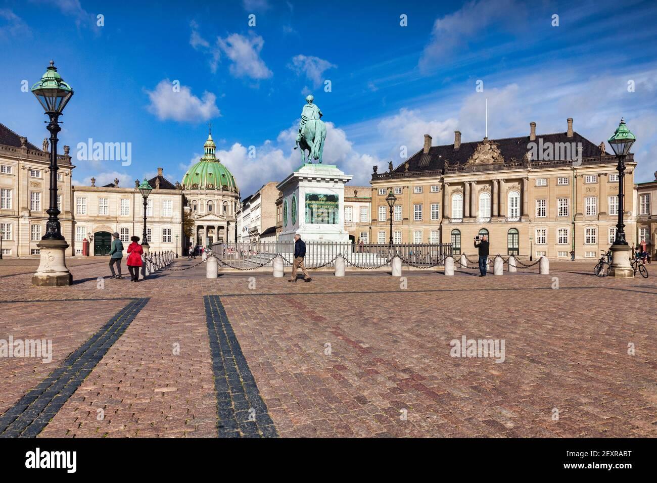 23 Septiembre 2018:Copenhague, Dinamarca - turistas que visitan la Plaza Amalienborg, con el Palacio Real, la estatua ecuestre de Frederik V, y th Foto de stock