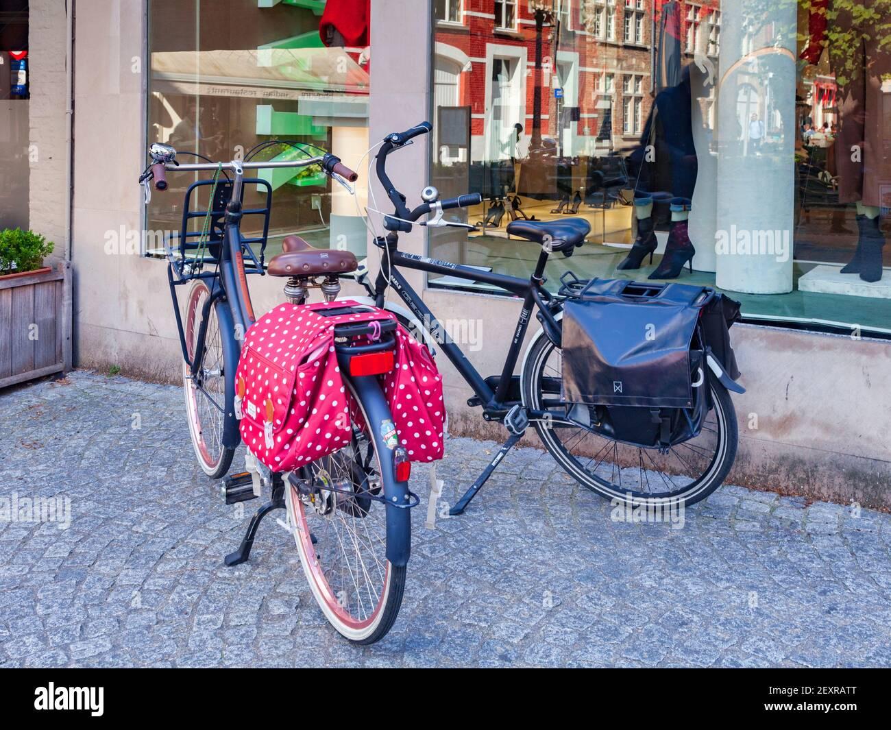 25 Septiembre 2018: Brujas, Bélgica - Bicicletas con panniers estacionados en la calle en el centro de la ciudad. Foto de stock