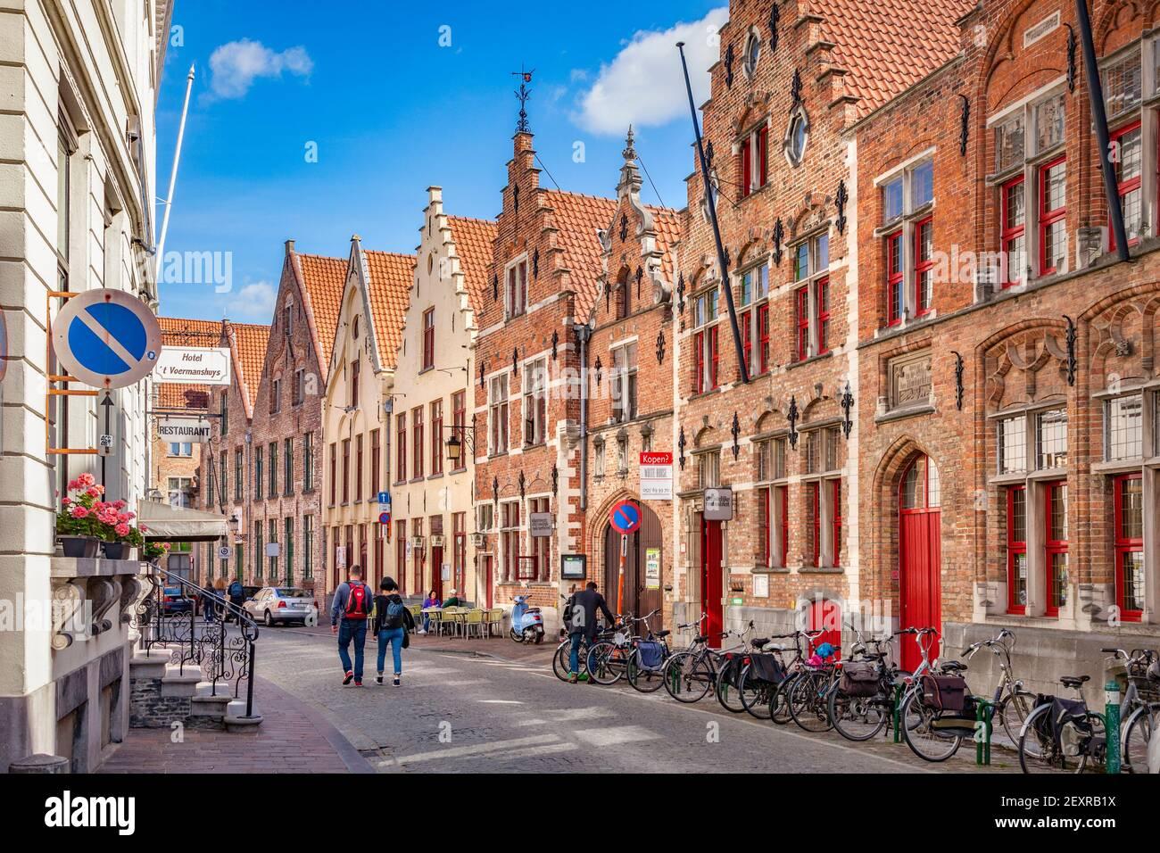 25 de septiembre de 2018: Brujas, Bélgica, - una hermosa calle antigua en el centro histórico de la ciudad, Oude Burg 14, con edificios típicos, bicicletas, y a y. Foto de stock