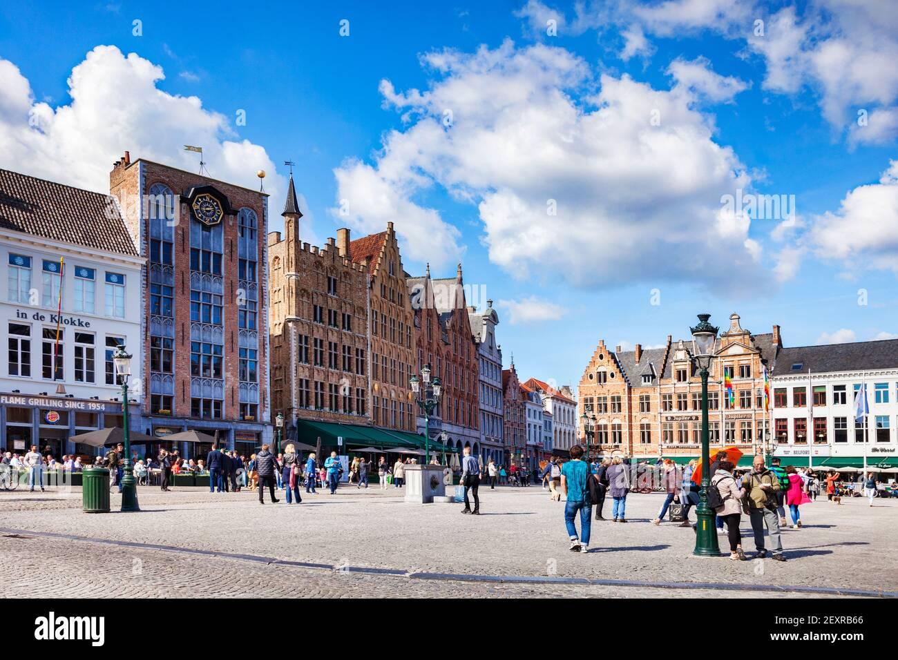 25 Septiembre 2018: Brujas, Bélgica - turistas en la Plaza Markt, la plaza principal o plaza de la ciudad, llena de hermosos edificios históricos, en una multa s Foto de stock