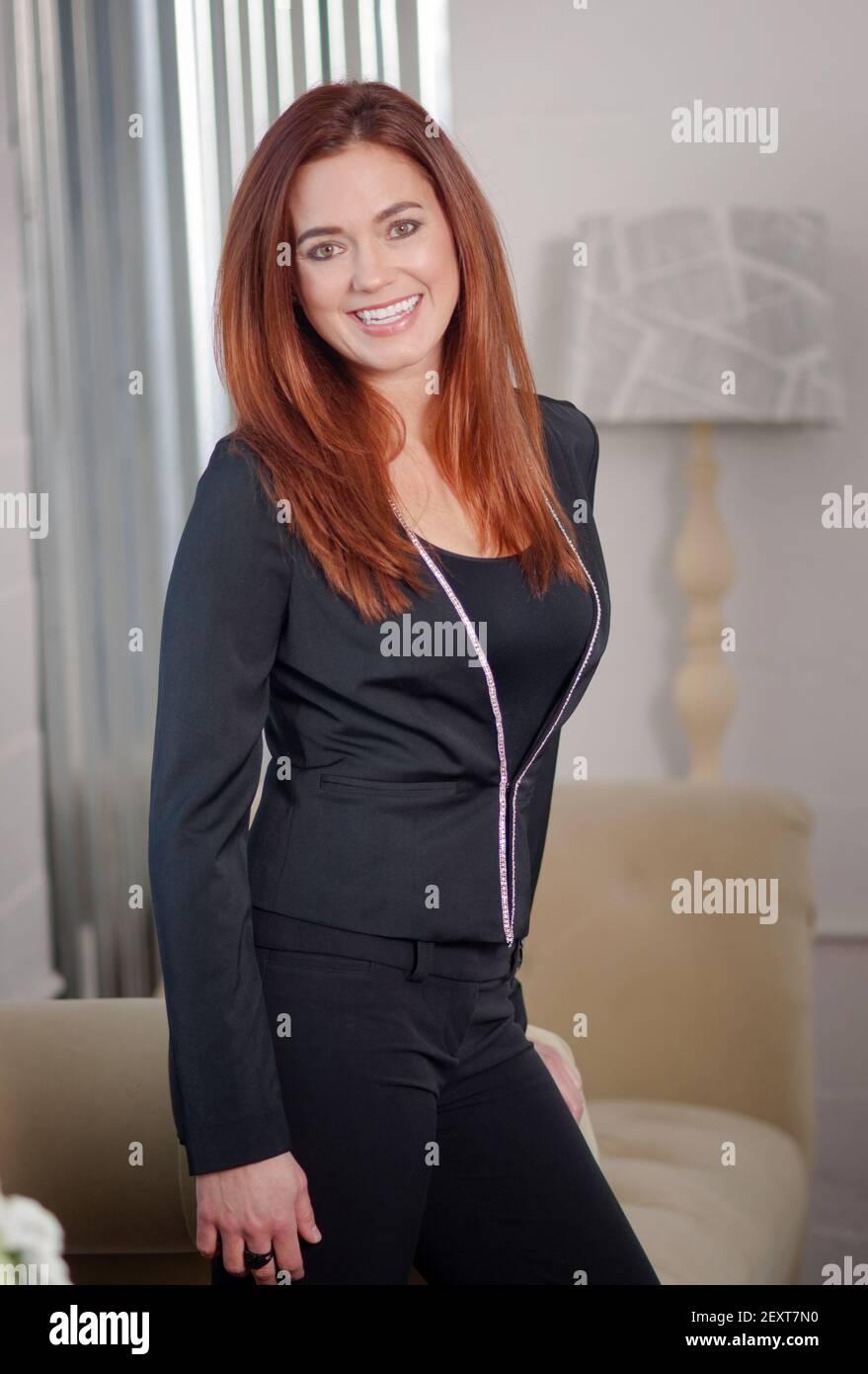 Intelectual de negocios Mujer con gafas cabeza inclinada Foto de stock