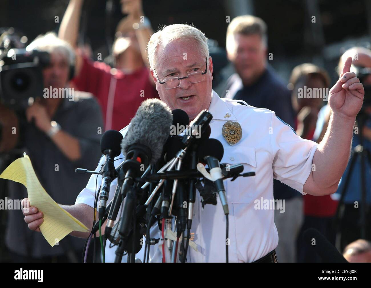 El Jefe de Policía de Ferguson, Thomas Jackson el oficial de identificación de la policía de Ferguson, Darren Wilson, como tirador de Michael Brown ante una multitud de reporteros y ciudadanos el viernes, 15 de agosto de 2014, en el Burnt QuickTrip ubicado en W. Florissant en Ferguson, Missouri (Laurie Skrivan/St Louis Post-Dispatch/MCT/Sipa USA) Foto de stock