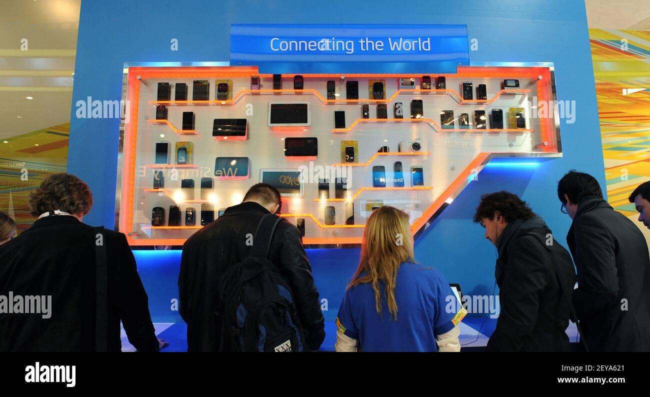 25 de febrero de 2013 - Barcelona, España - en esta foto del folleto publicada por Intel Corporation, Intel muestra una amplia gama de dispositivos móviles en el stand de Intel en el Mobile World Congress 2013, lunes, 25 de febrero de 2013 en Barcelona, España. Intel es un proveedor líder de plataformas móviles, y su tecnología está dentro de cientos de millones de dispositivos populares en todo el mundo. Mobile World Congress es una de las mayores reuniones anuales de más de 60.000 líderes móviles de 200 países a un lugar a la vez para definir el futuro móvil. Crédito de la foto: Bob Riha, Jr./Intel/Sipa USA Foto de stock