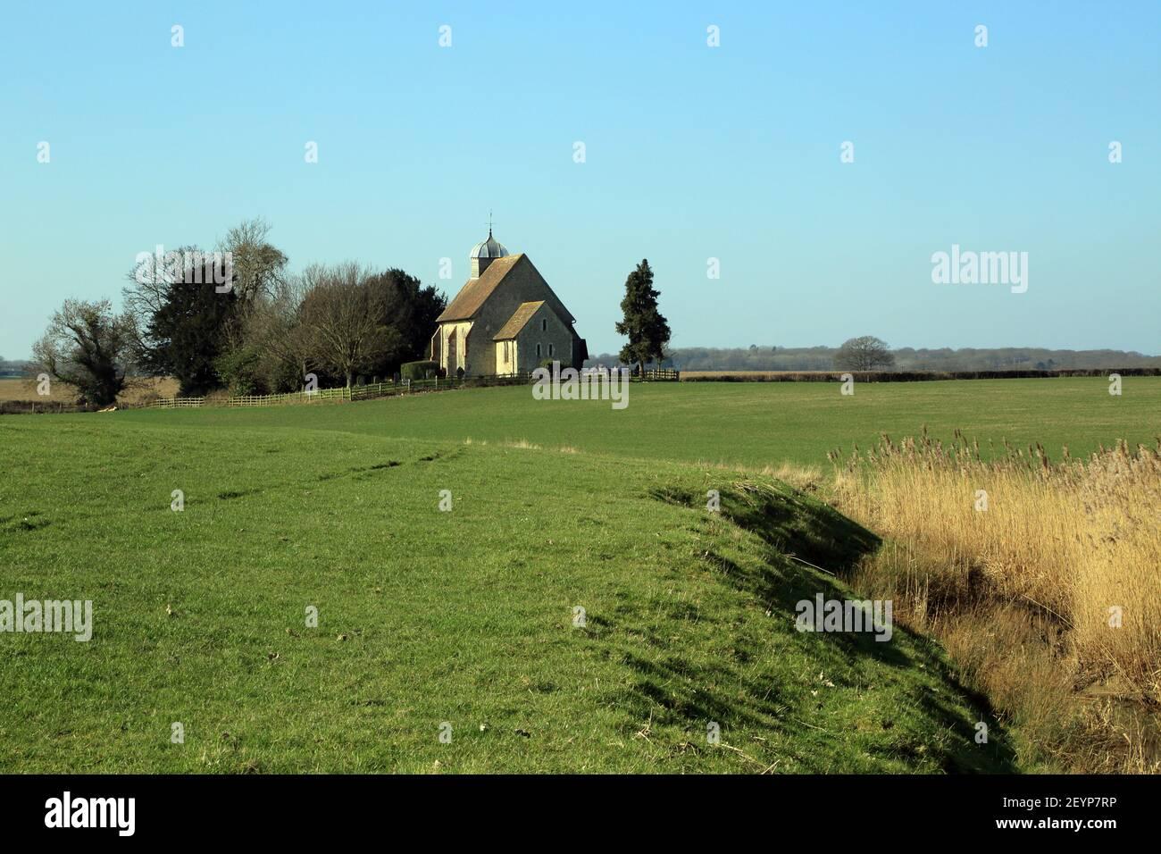 Vista de la iglesia de Saint Rumwold desde las orillas del Canal Militar Real, Bonnington cerca de Ashford en Kent, Inglaterra, Reino Unido Foto de stock