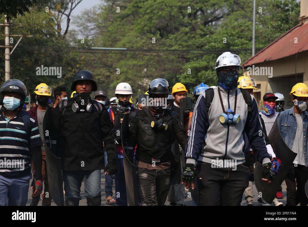 Mandalay, Myanmar. 6th de marzo de 2021. Hoy se celebró el funeral de un hombre de 26 años que fue baleado y muerto por las Fuerzas de Seguridad de Myanmar el 5 de marzo de 2021 mientras se iba a comer fuera durante el trabajo (6th de marzo de 2021). Es padre de un niño de 5 años y esposa embarazada de 5 meses. La gente tomó las calles para protestar contra el golpe militar durante el funeral. Crédito: Mayoría Mundial CIC/Alamy Live News Foto de stock