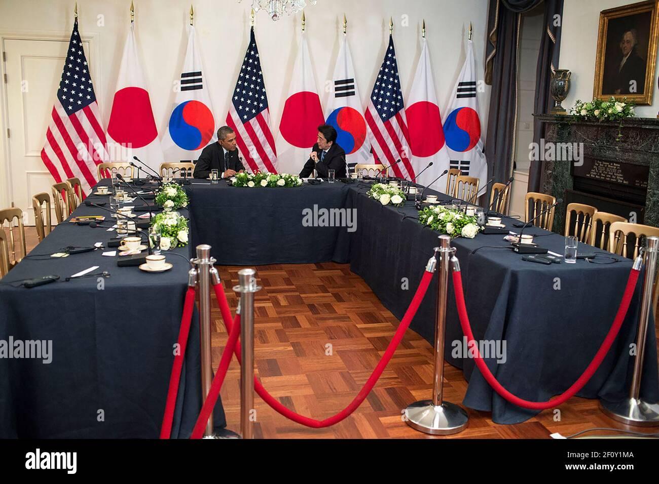 El presidente Barack Obama conversó con el primer ministro Shinzo Abe de Japón en la residencia del embajador de Estados Unidos en la haya, Holanda, el 25 de marzo de 2014 Foto de stock