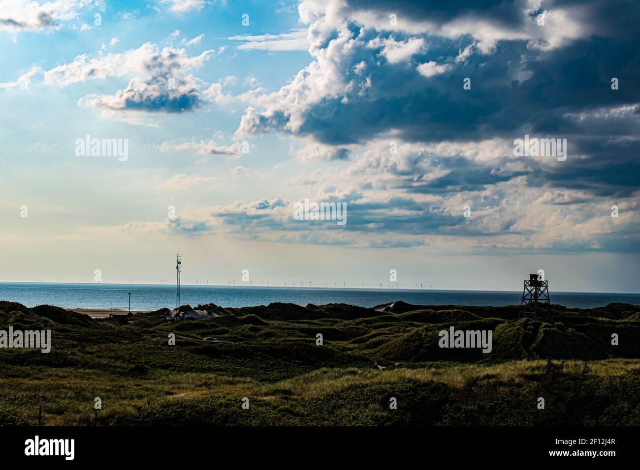 Dunas de arena de la playa de Blavand en Dinamarca con torre de vigilancia Foto de stock
