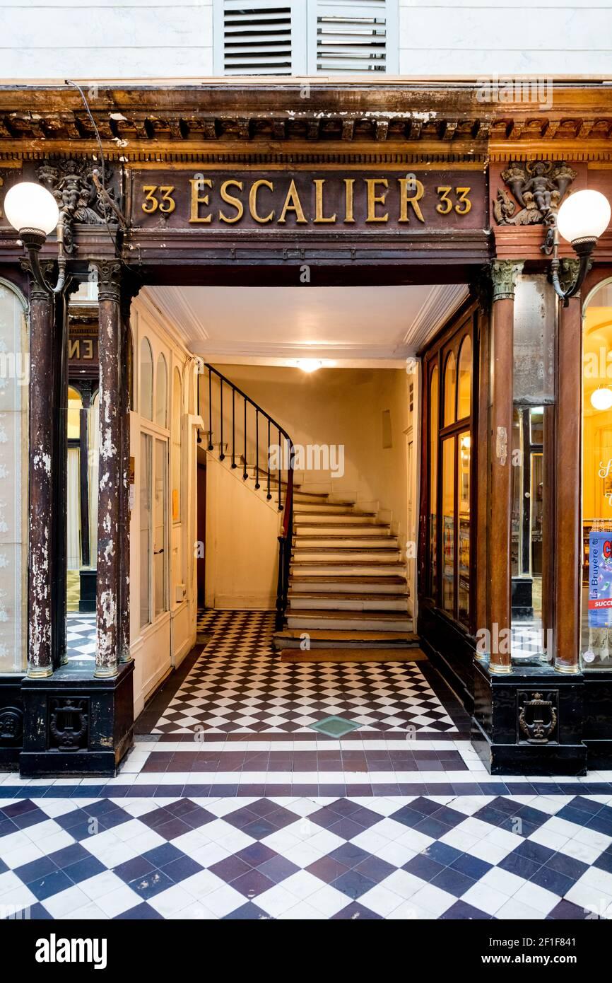 Escalera en el paso cubierto - Vero-Dodat en el distrito 1st, París, Isla de Francia, Francia Foto de stock