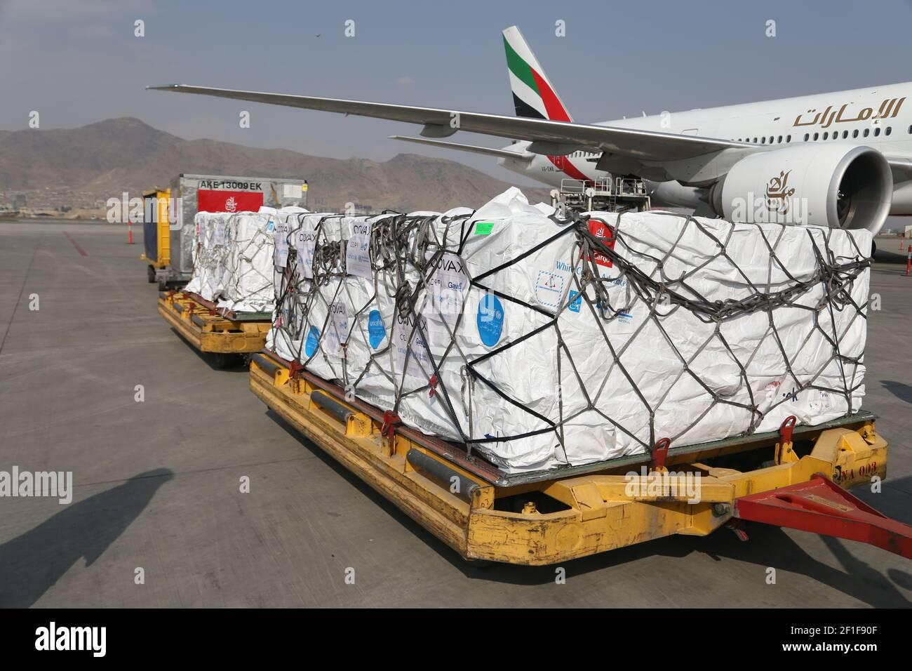 Kabul, Afganistán. 8th de marzo de 2021. La foto tomada el 8 de marzo de 2021 muestra las vacunas COVID-19 de COVAX, un programa internacional diseñado para ayudar a los países de ingresos bajos y medianos a tener más acceso a las vacunas COVID-19, llegando al Aeropuerto Internacional Hamid Karzai en Kabul, capital de Afganistán. Crédito: Sayed Mominzadah/Xinhua/Alamy Live News Foto de stock