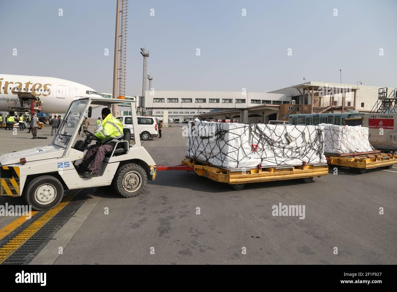 Kabul, Afganistán. 8th de marzo de 2021. Un trabajador del aeropuerto transporta vacunas COVID-19 desde COVAX, un programa internacional diseñado para ayudar a los países de ingresos bajos y medianos a tener más acceso a las vacunas COVID-19, en el Aeropuerto Internacional Hamid Karzai en Kabul, capital de Afganistán, el 8 de marzo de 2021. Crédito: Sayed Mominzadah/Xinhua/Alamy Live News Foto de stock