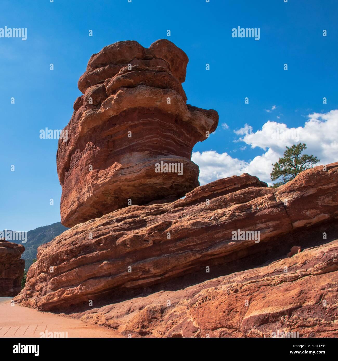 Una foto en formato cuadrado tomada de un lo que parece ser una roca precariamente equilibrada en el Jardín de los Dioses. Foto de stock