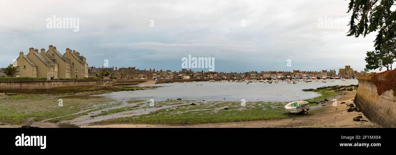 Vista panorámica de Barfleur y el puerto en marea baja por la noche Foto de stock