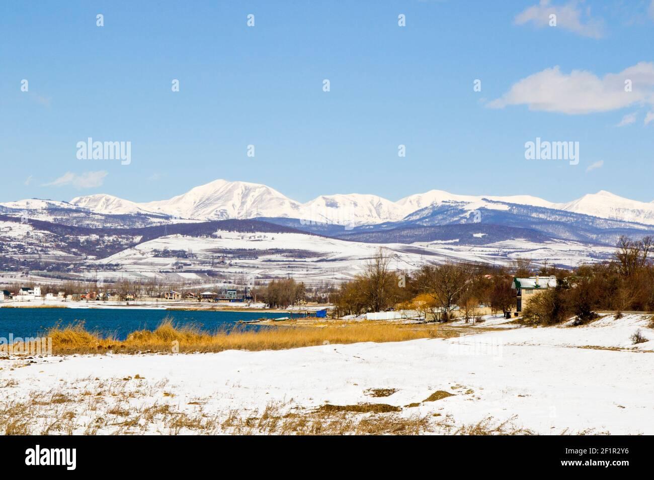 Paisaje y vista invernal, luz del sol y nieve en Georgia, paisaje de montaña Foto de stock