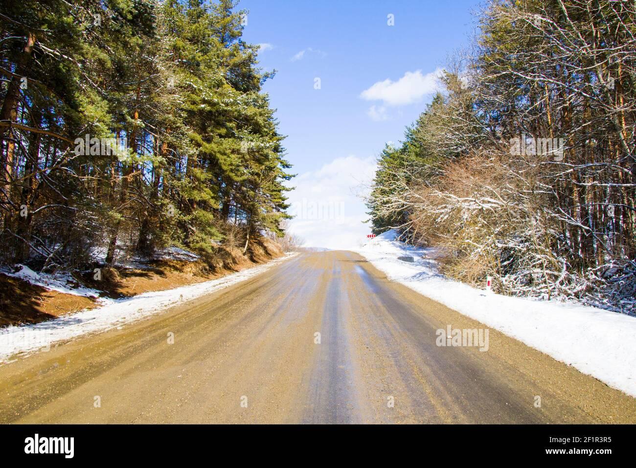 Paisaje y vista de carreteras y carreteras, nieve de invierno y luz solar en Georgia Foto de stock